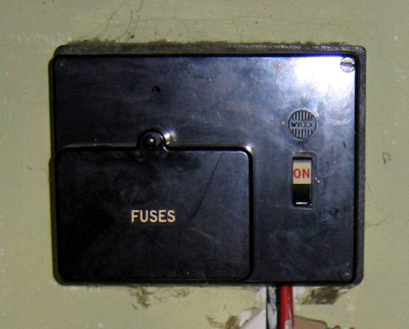 BS3036_fusebox_1 eec247 guide to dealing with an electrical emergency