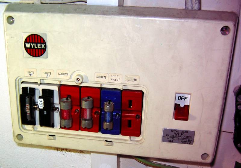 BS3036_fusebox_danger_1 eec247 guide to dealing with an electrical emergency old style fuse box circuit breakers at bakdesigns.co